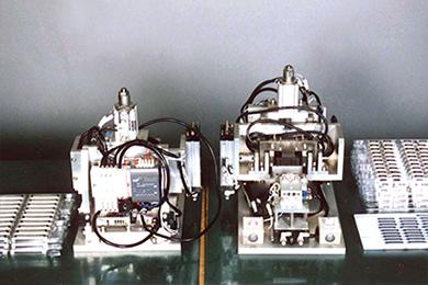 各種組立機による精密機構部品のアッセンブリ